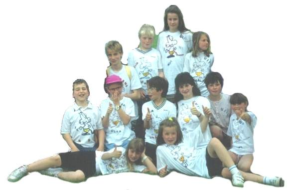 Kindergruppe: selbstbemalte T-Shirts.